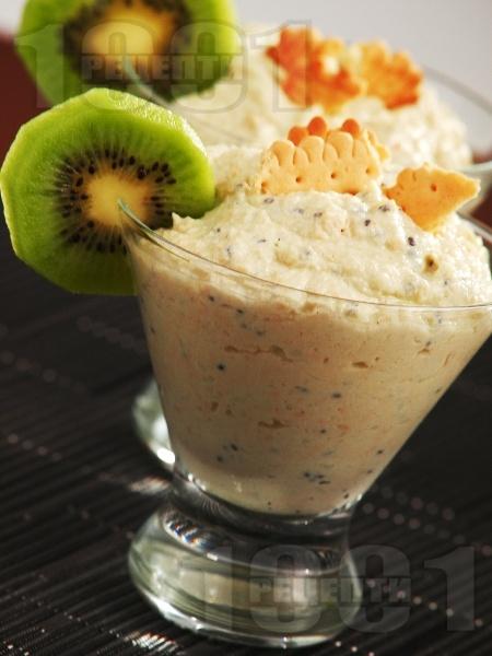 Бърз и диетичен домашен крем с бисквити, сирене крема, извара и киви - снимка на рецептата